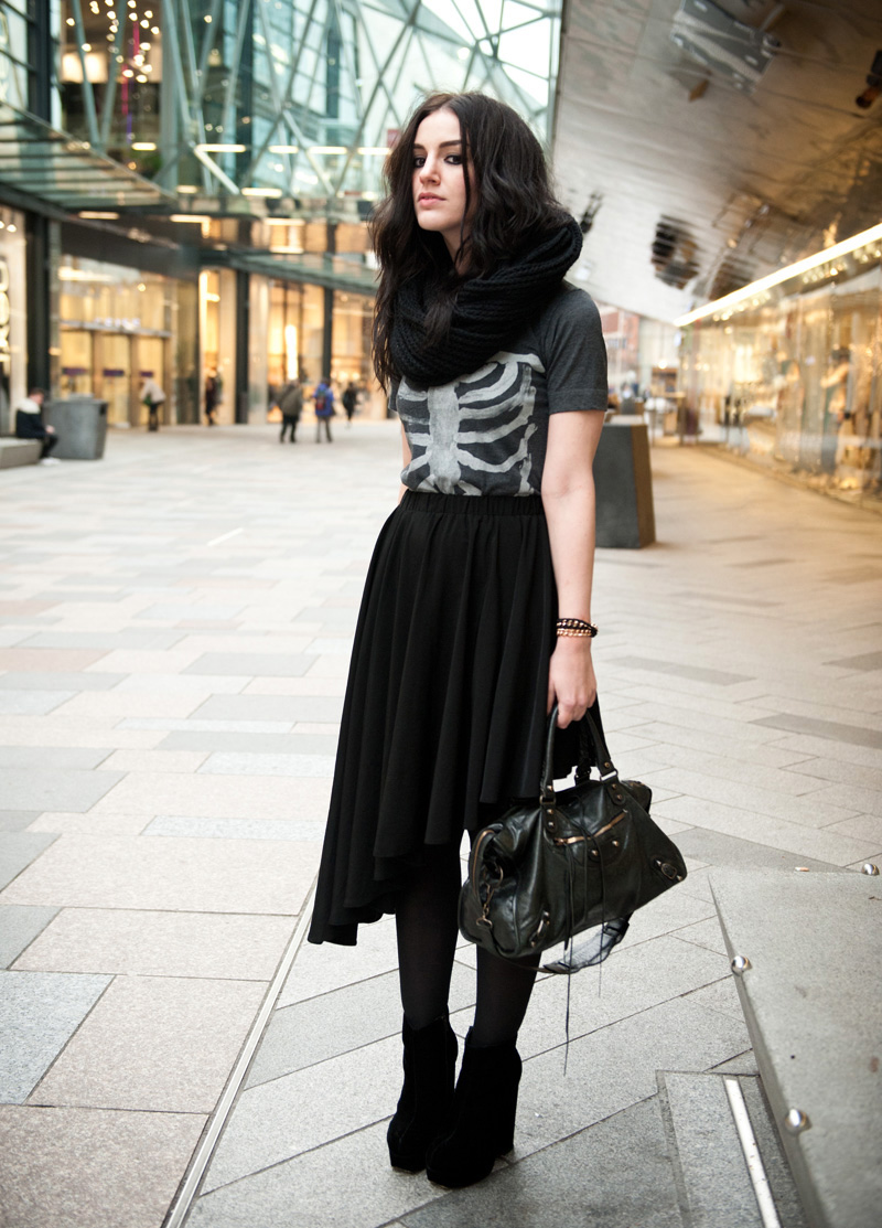 FAIIINT, Outfit, Fashion, Style, Blog, Blogger, ASOS, Snood, Knitted, A Wear, Asymmetric, Skirt, A Y Not Dead, Ribcage, Tee, T-Shirt, Skeleton, StylistPick, Eleonora, Elenora, Boots, Velvet, Black, Grey, White, Texture, Balenciaga, City, Bag,