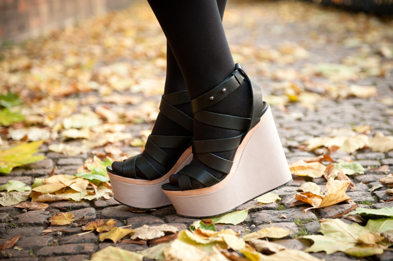 FAIIINT, Outfit, Detail, Shoes, Wedges, Topshop, Black, Nude, Colour Block, Strappy, Straps, Autumn, Leaves, Platform
