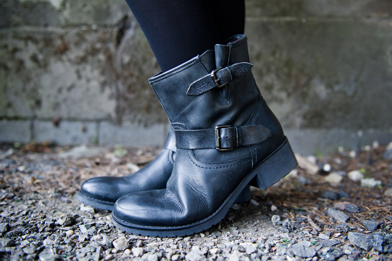 Fashion blogger Stephanie of FAIIINT wearing Pier One Flat biker ankle boots, all black, fashion meets music with Zalando, goth rock,