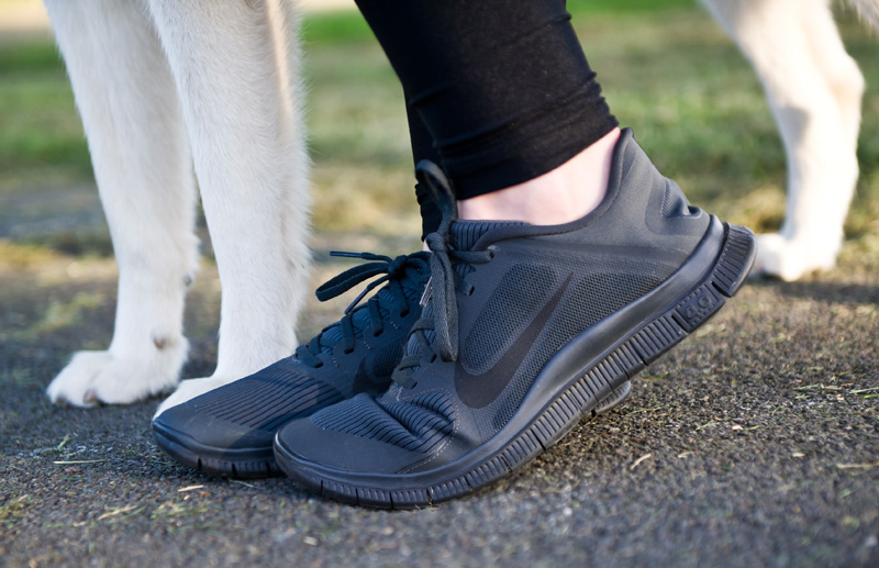 Fashion blogger Stephanie of FAIIINT wearing Nike Free Run 4.0 V3 Anthracite, grey, black, monochrome running shoes, trainers.