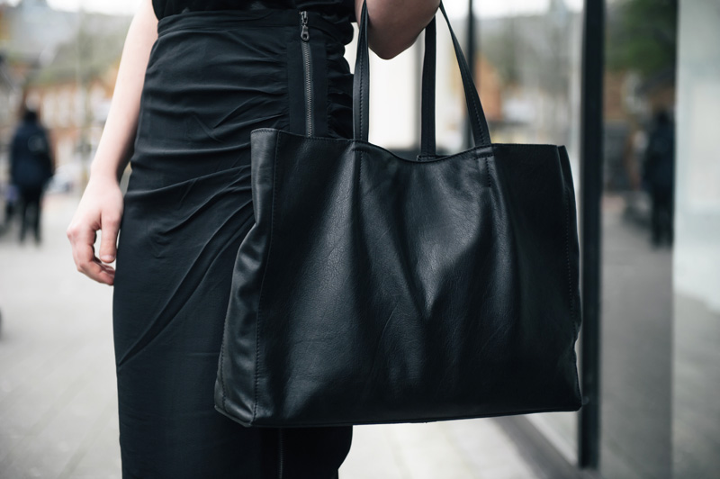 FAIIINT wearing Mint Velvet silk rouched side zip pencil skirt, John Lewis leather classic tote bag. All black sports luxe street style outfit.