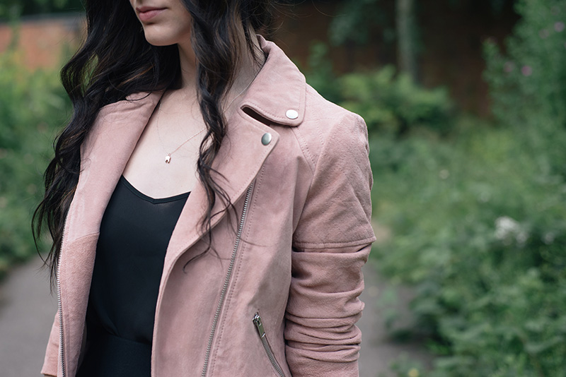 Fashion blogger Stephanie of FAIIINT wearing Dorothy Perkins Blush pink nude suede leather jacket. Street style outfit details.