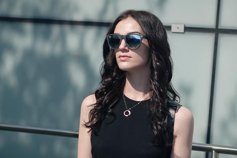 Fashion blogger Stephanie of FAIIINT wearing Ray-Ban folding grey and silver mirrored wayfarer sunglasses.