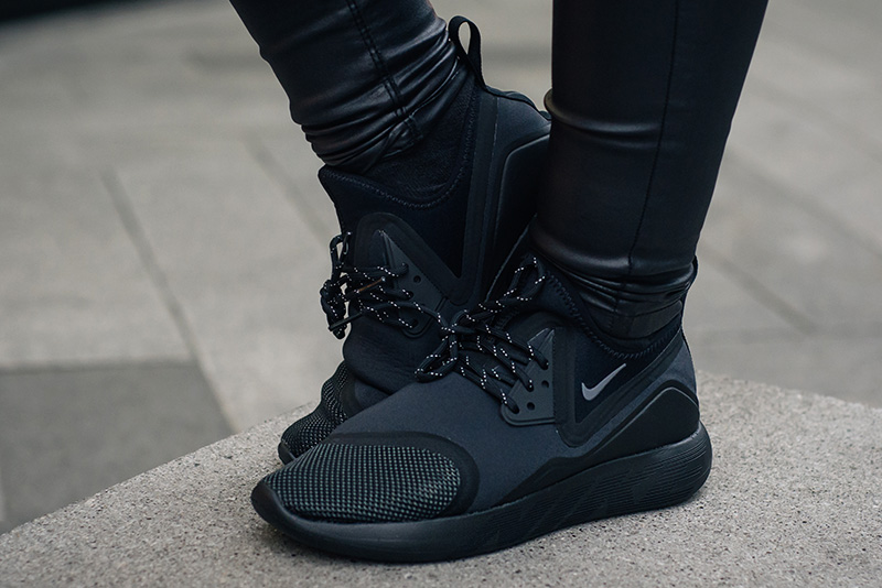 Fashion blogger Stephanie of FAIIINT wearing Nike LunarCharge Lunar Charge all black trainers sneakers. Outfit details.