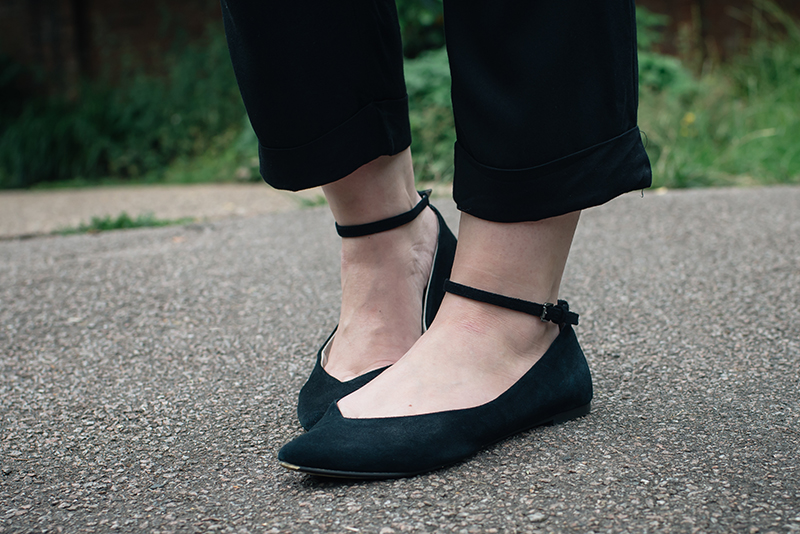 Fashion blogger Stephanie of FAIIINT wearing Topshop pointed ankle strap flats.