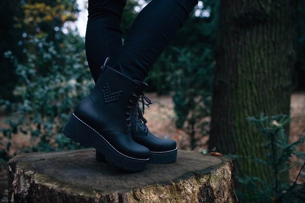 Fashion blogger Stephanie of FAIIINT wearing Dos61 Durham high lace up rubber rain boots. All black autumn outfit details.